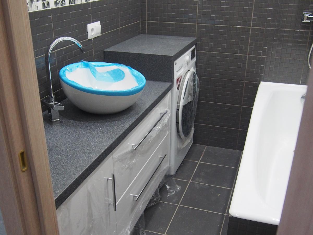 Мебель для ванной под единой столешницей со стиральной машиной